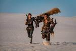 《怪物猎人》曝首张剧照 米拉与托尼·贾沙漠狂奔