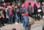 11月26日,有多名网友晒照称在重庆街头偶遇王俊凯。不少网友看了这组路透照的造型表示:对酷帅的滑板少年充满期待。