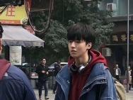 网友偶遇王俊凯晒无修生图 戴耳夹酷帅滑板少年