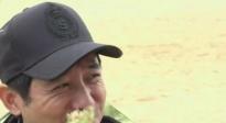 郭晓东林鹏品尝当地小吃 东哥调皮拿美食诱惑摄像大哥