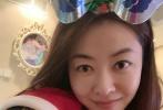 """12月26日,熊黛林通过微博晒照,分享了与双胞胎女儿第一次一起庆圣诞的喜悦,并配文称:""""小公主们的第一个圣诞节!""""。照片中,双胞胎身穿红色的的连体衣,头戴圣诞帽,乖巧的坐在沙发上,十分可爱。"""