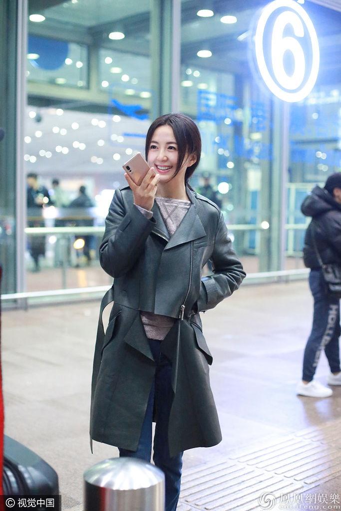 """杨童舒保暖装扮""""养生式""""走机场 坐行李箱语聊秀出大长腿"""