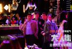 """""""我都查清楚了!""""由五百导演,王千源、包贝尔领衔主演,王迅、王砚辉、屈菁菁、周游、韩烨洲、盖玥希主演,刘敏涛特别演出,梅婷友情演出,乔振宇、潘粤明,刘天佐特别客串的警匪动作电影《""""大""""人物》将于2019年1月10日18:00全国公映。日前影片发布一套""""谁怕谁""""版海报,正邪两派全阵容亮相!同时还曝出""""正义小队""""版预告,三位老警察办公室脱裤比伤又逗又燃。这部被观众称为""""开年最解气警匪动作电影""""已在各大售票平台开启预售,1月10日,提前拉响警报,为正义开路!"""