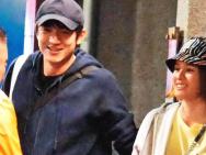 王麗坤呢? 林更新疑似約會短發美少女貼心幫背包