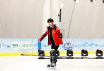 """由易烊千玺加盟的综艺《大冰小将》将于明日开播,此次他将作为大冰小将队的""""金牌经理人""""组建儿童冰球队。"""