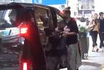 日前,有媒体拍到应采儿带着儿子Jasper现身中环街头。