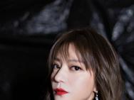 赵薇白色裙装造型亮相活动 获时代影响力演员荣誉