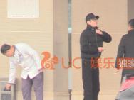 馮紹峰夫婦低調返京 趙麗穎包裹嚴實未見孕肚