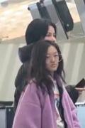 王菲带女儿与友人聚会 12岁李嫣身高快赶超妈妈