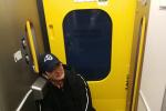 趕上春運了吧! 吳京曬照自帶小板凳做坐火車回家
