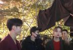 有网友拍到身穿红色服装的关晓彤、王嘉现身深圳分会场彩排。据春晚知情人透露,有过多次合作的两人将献唱新歌,此节目表演嘉宾还有魏大勋和国民组合TFBOYS的师弟们——台风少年团等人。