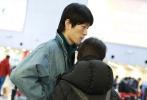 1月31日,超模金大川和演员春夏牵手亮相北京机场,春夏素颜口罩遮面,毛衣阔腿裤文青范儿十足,金大川牛仔套装随性大方,两人对视热聊,演绎最甜身高差。