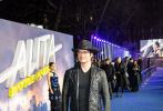 由二十世纪福斯出品,詹姆斯·卡梅隆编剧及监制、鬼才导演罗伯特·罗德里格兹执导的科幻动作视效巨制《阿丽塔:战斗天使》将于2月22日登录内地大银幕。1月31日,影片在伦敦举办了盛大的全球首映礼,卡梅隆携导演罗伯特·罗德里格兹、制片人乔恩·兰道、阿丽塔饰演者罗莎·萨拉扎尔、克里斯托弗·瓦尔兹、詹妮弗·康纳利等主创团队空降首映礼现场,同时原著《铳梦》作者木城雪户以及为影片演唱主题曲《天鹅之歌》的英国小天后杜阿·利帕也来到首映礼为影片站台。当卡梅隆出现时,现场气氛一度高涨。首映结