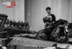 """2月8日,电影《流浪地球》发布机甲特辑,从角色身着的防护服入手,到特殊道具制作,机甲特辑揭露影片背后制作过程。从概念设计到最终呈现,幕后团队打磨数百次,终于展现出带有""""流浪美学""""与重工业质感的《流浪地球》。与此同时,西班牙平面设计师retoka还为电影设计一款特别版艺术海报也同步发布。"""
