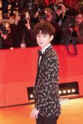 王源亮相柏林电影节闭幕红毯 自评:没拖大家后腿