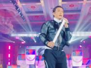 陈志朋穿恨天高扎丸子头登台表演 与观众开心互动