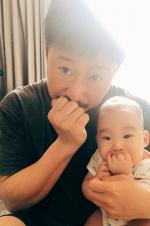 谢楠夫妇晒与儿子合照 吴京与小儿子同步吃手手!