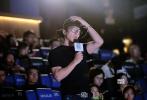 3月13日晚,电影《阳台上》在京举行首映。导演张猛携主演王锵、曹瑞亮相映后。老搭档王千源也前来观影捧场,还现场喊话张猛,希望他多拍老年题材的电影。