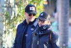"""据外媒报道,近日斯嘉丽·约翰逊和男友科林·乔斯特现身迪士尼游玩。照片中,两人穿着休闲,""""寡姐""""一身黑装打扮,美颜实力抢镜。科林·乔斯特身穿蓝色外套,灰色长裤。两人都带着墨镜和帽子,十分低调。"""