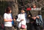 3月24日,有媒体拍到于小彤与陈小纭约会的画面。当天,二人陪一中年女士到玉渊潭公园赏樱,跟拍的记者称听到于小彤喊该女士妈妈,因此推断是于小彤的母亲。