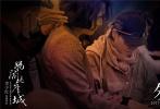 """李少红睽违大银幕十三年的电影新作《妈阁是座城》,3月28日发布一组""""幕后手记""""工作照,生动记录了影片幕后创作的点滴。该片改编自严歌苓同名小说,芦苇、严歌苓、陈文强编剧,""""大师级""""班底实力雄厚;白百何、吴刚、黄觉领衔主演,中生代实力派同台飙戏,共同铸造这个发生在""""妈阁""""澳门的爱情传奇。"""