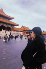 刘亦菲故宫一日游 黑衣黑帽黑墨镜你认出来了吗?