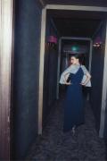 娜塔莉·波特曼曝最新寫真 頭戴藍色面紗眼神深邃