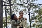 4月12日,网友在尼泊尔偶遇向佐、郭碧婷小两口并晒照。照片中,两人穿着当地服饰对镜灿笑,还有两人牵手走在山间的照片。