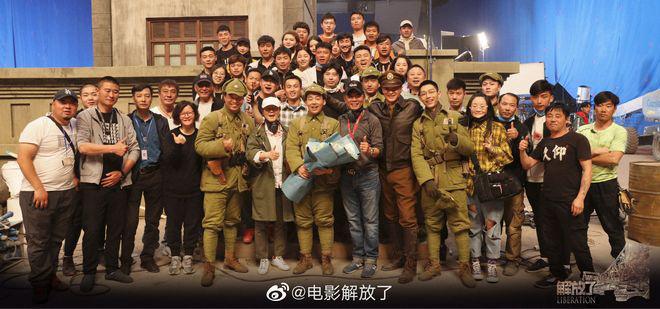 《解放了》郭麒麟姜皓文杀青 周一围穿军装合影