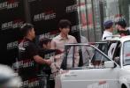 4月21日,鹿晗现身北京某摄影棚拍摄杂志,有媒体拍到女友关晓彤前来探班,随后赶赴机场。