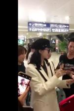 景甜在机场遭男粉丝强行摸手!疑似曾扑倒刘亦菲