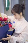 劉濤曬美圖向粉絲說情話 穿淡粉長裙手捧玫瑰花