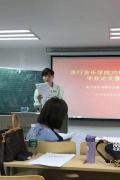 尤長靖回校參加畢業答辯被偶遇 手持論文一臉認真