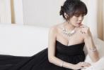 4月24日,安以轩通过微博晒出一组美照,现身出席珠宝品牌活动。照片中,她身穿黑色抹胸纱质长裙,尽显傲人上围;空气刘海的盘发造型,搭配奢华耀眼的珠宝首饰,光彩夺目。