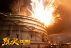 根据真实人物事件改编、展现消防员真实救火工作的电影《烈火·英雄》定档8月1日。影片由博纳影业集团股份有限公司、亚太华影(北京)影业有限公司等出品,于今日正式曝光先导海报并宣布:影片将在今年八一建军节上映,以此致敬和平年代的守护者。