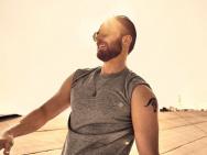 美队克里斯·埃文斯曝写真 一半成熟一半阳光男孩