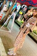 杨超越游日本开启吃货模式 一身碎花裙子清新甜美