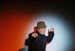 5月9日,倪大红为时尚杂志拍摄的一组时尚大片曝光。倪大红轻松驾驭优雅绅士风,也能混搭运动潮流感。身穿狂野豹纹,这一刻是工装街舞style,下一秒就能穿上box logo、戴上大金链子嘻哈起来!