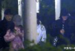 """近日,有媒体又曝光了一组王菲与李嫣外出的视频,从画面中的着装来看,与4月底母女二人出街会友出自同一天。视频中,王菲身穿黑色大衣,头戴棒球帽;李嫣则是一身粉色连体工装裤,头戴灰色棒球帽。走在时尚前沿的""""李老师""""还戴着时下最流行的半框眼镜。"""