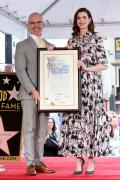 安妮·海瑟薇留名好莱坞星光大年夜道 情感冲动落泪!