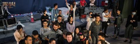 《天火》占据戛纳最大海报位 全体主演阵容首曝光