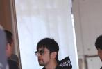 当地时间5月14日,法国戛纳,第72届戛纳电影节开幕首日,一组周杰伦被偶遇现身戛纳的路透照曝光。照片中,周杰伦一身酷黑的潮装,戴着墨镜现身某酒店大堂,蓄着胡须的周董正在与工作人员交谈。一向有宠妻狂魔之称的周杰伦,这次将狗粮撒到了戛纳国际电影节上。