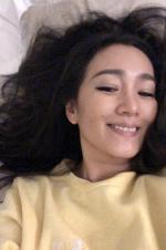 巩俐晒床上自拍┞氛笑容残暴 与红毯上不一样的美丽