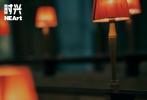 近日,胡歌为《时兴NEArt》拍摄的一组时尚大片曝光。远赴北爱尔兰拍摄的这组大片,尽显胡歌的绅士风范;迎风飞舞的披风,站在海岸边眺望远方,孤寂又疏远;光影交错下呈现出电影的质感,似要讲述一段神秘的故事。