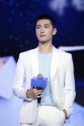 杨洋上海出席活动 白色西装演绎清爽夏季LOOK