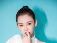 苗苗白裙亮相亞洲影視周 激情高歌展現青年力量