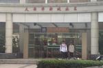 网友社区办事站偶遇王源 疑似为在室内抽烟交罚款
