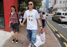 張丹峰洪欣現身香港街頭 受訪恩愛如初稱:沒事了