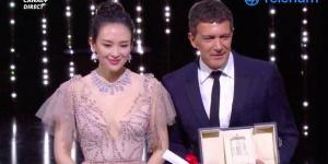 戛纳电影节章子怡颁最佳男主角 裸粉深V裙仙气足