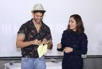 """又一部印度佳片即将登陆内地院线!6月2日晚,电影《无所不能》在北京举行首映,男主角赫里尼克·罗斯汉与女主角亚米·高塔姆携手亮相。前者与中国观众熟知的阿米尔·汗、沙鲁克·汗、萨尔曼·汗并称""""因四大天王"""",因出演多部经典歌舞爱情片在宝莱坞成名,也因此斩获了""""舞王""""的称号。"""
